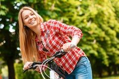 Blonde Dame mit ihrem Fahrrad Stockfotos