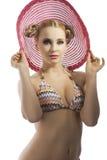 Blonde Dame mit Sommerrosahut Stockfoto