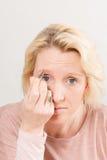 Blonde Dame Plucking Eyebrows met Exemplaarruimte stock afbeeldingen