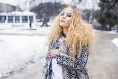 Blonde Dame wirft im Stadtpark auf Lizenzfreies Stockbild