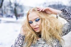 Blonde Dame wirft im Winter auf Lizenzfreie Stockfotografie
