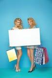 Blonde Damen, die leeres Brett halten Lizenzfreie Stockbilder