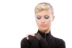 Blonde dans des vêtements noirs borgne images stock