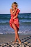 Blonde dans l'écharpe rouge Photo stock