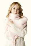 Blonde dans l'écharpe rose Photographie stock