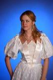 Blonde dans la robe de mariage blanche Photos stock