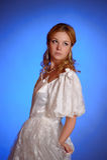 Blonde dans la robe de mariage blanche Photo stock