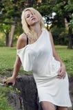 Blonde dans le blanc Image stock