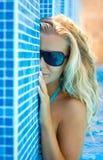 Blonde dans le regroupement photographie stock libre de droits