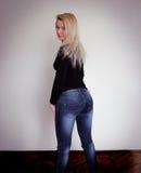 Blonde dat jeans draagt Stock Foto's