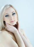 Blonde de beauté dans des couleurs froides Photo stock