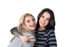 Blonde de deux amies et rire de brune Photographie stock libre de droits