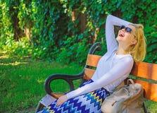 Blonde de femme avec le r?ve de lunettes de soleil au sujet des vacances Heure pour me Les besoins de Madame d?tendent et r?vant  photo stock