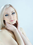 Blonde de la belleza en colores fríos Foto de archivo