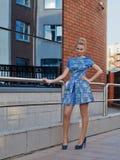 Blonde de la chica joven en vestido del cortocircuito del azul Imagen de archivo libre de regalías