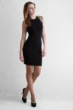 Blonde de la chica joven en vestido del cortocircuito del negro Imágenes de archivo libres de regalías