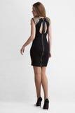Blonde de la chica joven en vestido del cortocircuito del negro Fotos de archivo libres de regalías