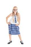 Blonde de la colegiala con dos trenzas que llevan un uniforme escolar y vidrios negro-enmarcados. Fotografía de archivo