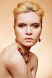 Blonde de la elegancia en fondo amarillento Imagen de archivo