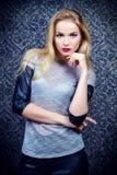 Blonde de la mujer joven fotos de archivo