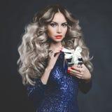 Blonde de lujo con un regalo fotos de archivo libres de regalías