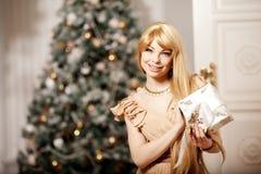 Blonde de lujo en Año Nuevo interior Muchacha de moda cel de la belleza joven Imagenes de archivo