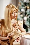 Blonde de lujo en Año Nuevo interior Muchacha de moda cel de la belleza joven Imágenes de archivo libres de regalías