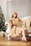 Blonde de lujo en Año Nuevo interior Muchacha de moda cel de la belleza joven Fotos de archivo libres de regalías