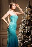 Blonde de lujo en Año Nuevo interior Muchacha de moda hermosa joven Fotografía de archivo libre de regalías