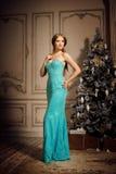 Blonde de lujo en Año Nuevo interior Muchacha de moda hermosa joven Fotos de archivo libres de regalías