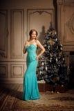 Blonde de lujo en Año Nuevo interior Muchacha de moda hermosa joven Imágenes de archivo libres de regalías