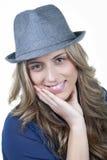 Blonde de sourire de femme dans le chapeau Photos stock