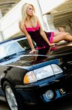 Blonde de voiture de sport images libres de droits