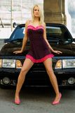 Blonde de voiture de sport images stock