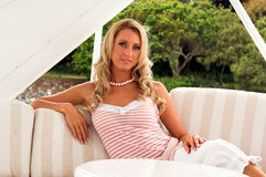 Blonde de zomer stock foto