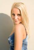 Blonde de zonneschijn van de zomer. Stock Foto