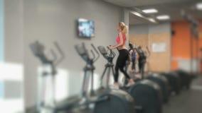 Blonde del atleta contratado al gimnasio almacen de video
