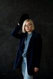 Blonde del modelo con los vidrios que llevan del pelo corto Imagenes de archivo
