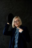 Blonde del modelo con los vidrios que llevan del pelo corto Imagen de archivo libre de regalías