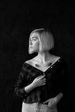 Blonde del modelo con los vidrios que llevan del pelo corto Fotos de archivo libres de regalías