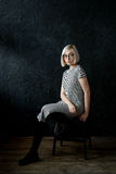 Blonde del modelo con los vidrios que llevan del pelo corto Fotografía de archivo libre de regalías