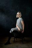 Blonde del modelo con los vidrios que llevan del pelo corto Foto de archivo libre de regalías