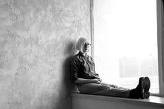 Blonde del modelo con los vidrios que llevan del pelo corto Imágenes de archivo libres de regalías