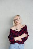 Blonde del modelo con los vidrios que llevan del pelo corto Foto de archivo