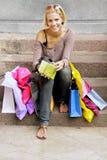 Blonde después de hacer compras Fotografía de archivo libre de regalías