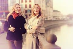 Blonde deux gaie pour une promenade Photos stock