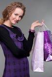 Blonde di smiley con i sacchi di carta Immagine Stock Libera da Diritti