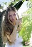 Blonde dichtbij boom Stock Afbeeldingen