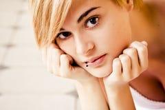 Blonde die bij camera staart Royalty-vrije Stock Afbeeldingen