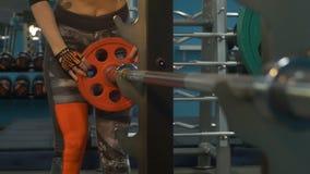 Blonde die in de gymnastiek slingeren stock video